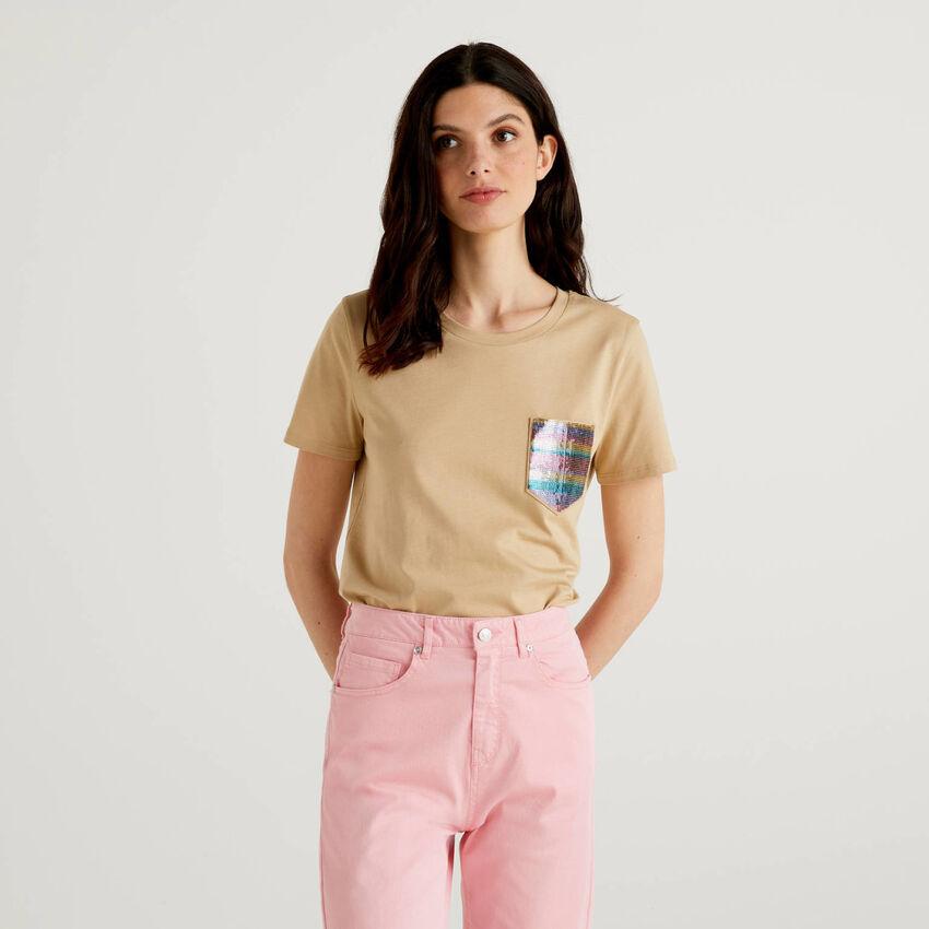 Camiseta con bolsillo de lentejuelas