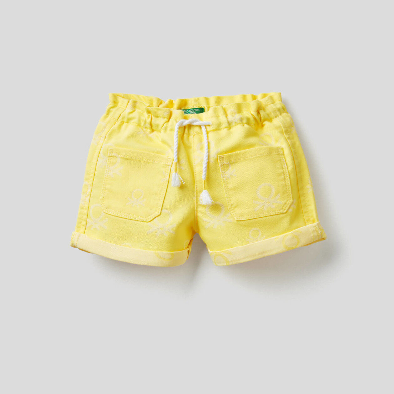 Pantalón corto en denim con logotipo