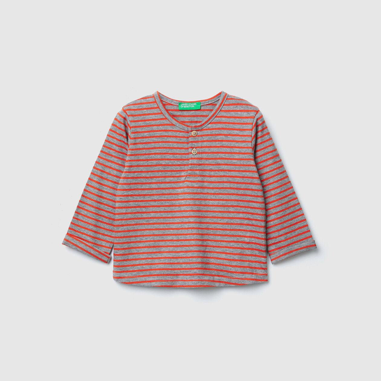 Camiseta de rayas con parches