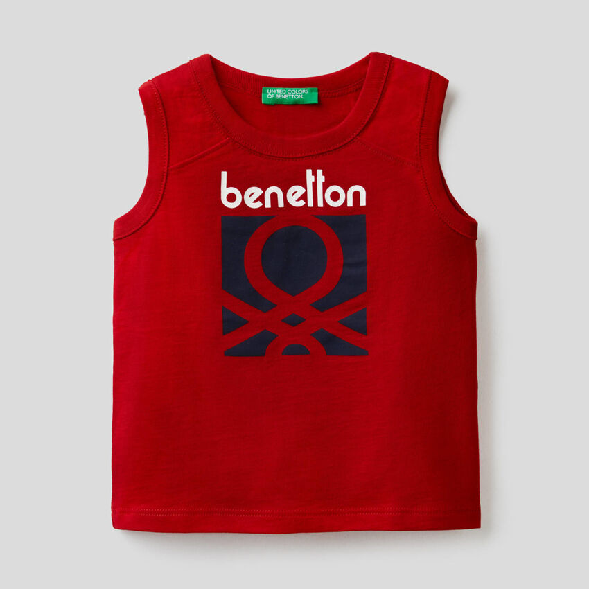 Camiseta de tirantes roja con estampado de logotipo