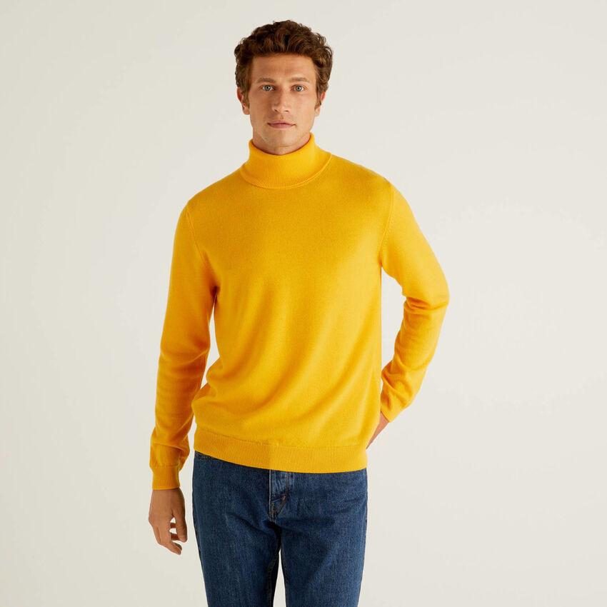 Jersey de cuello cisne amarillo de pura lana virgen